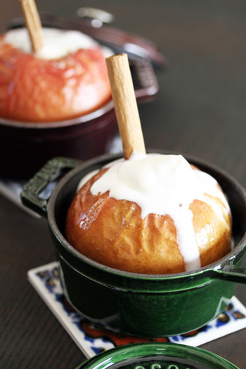 ココットにりんごを入れてオーブンで焼いた焼きりんご。泡立てた生クリームが温かいりんごに乗せられて、溶けていくのがなんともおいしそう。添えられたシナモンスティックが見た目にもいいアクセントになっています。
