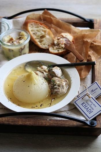 新玉ねぎをまるごと煮込んだスープ。鶏肉を一緒に煮込みむことで味わい深くなります。ゆっくりと煮てから一度冷ますと、しっかりと味がしみこんでおいしいスープに。煮込んだ鶏肉と一緒に召し上がれ。
