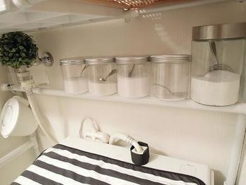 太めのつっぱり棒を使えば、その上にナチュラル洗剤が入ったガラス瓶を並べることだってできちゃいます。
