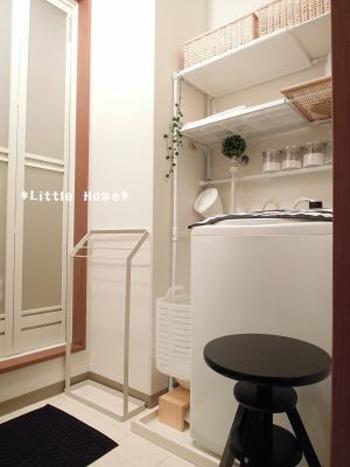 洗濯パン周辺に、高さのある棚を置くのもいいアイデア。より安定感が出るので、さらに気持ちよく使えそう。