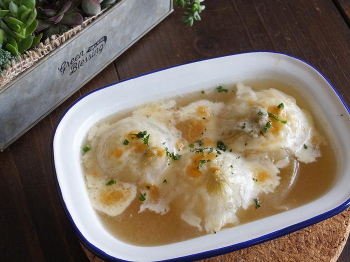 新玉ねぎは水分が多いため、まるごと煮てもあまり時間がかかりません。こちらのレシピでは30分ほど煮込んだ玉ねぎとスープを耐熱皿に移し、チーズを乗せてオーブンでこんがり焼きます。チーズの香ばしい香りと、優しい味わいの玉ねぎがよく合う1品です。