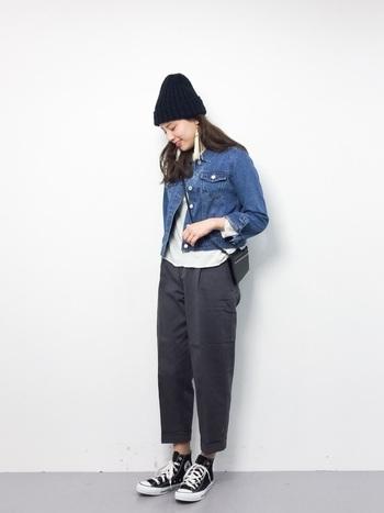 コンパクトなデニムジャケットに、テーパードシルエットのパンツを合わせた大人カジュアルコーデ。アウターのショート丈感に合わせて、ボトムスもクロップド丈でバランスよく。くるぶしを見せることで全体が軽やかな印象に。