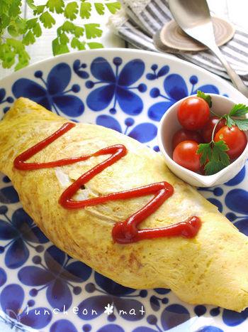 オムライスは、とろとろ卵をケチャップライスの上にのせるオープンタイプも人気ですが、やはり家庭料理の定番は卵で包むタイプ。バター風味の卵液にケチャップライスをのせて卵をかぶせ、ひっくり返すようにお皿に盛り付けます。シンプルにケチャップをかけて召し上がれ。