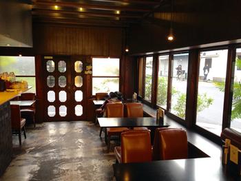イスや食器まで、当時のものが使用されている店内。ガラス天井の奥には、大正時代の梁と天井が見えます。大きな窓から降り注ぐ陽の光が気持ち良いですね。