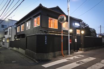 築60年の木造アパートを改修した複合施設「HAGISO」の中にあるカフェです。千代田線千駄木駅から歩いて5分ほど、路地にある大きなお寺に隣接しているのですぐに分かるはず。夕暮れにライトアップされた建物はどこか幻想的な雰囲気。