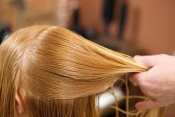 髪を巻くときは、ブロッキング(髪をパーツごとに分けていくこと)を丁寧に行います。ここを怠ると、カールがキレイにつくりにくくなるので、結果的にまたやり直しになるなんていうことも…。専用のクリップを使いながら、きっちり巻いていきましょう。