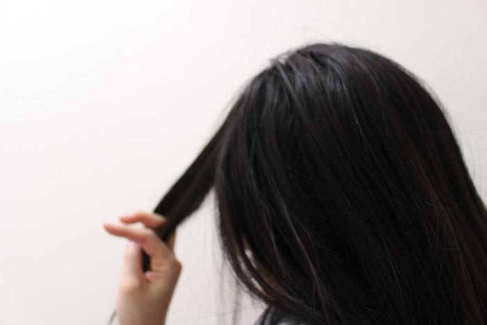 アイロンで巻いている途中、毛束がまだ温かいうちは、くれぐれもほぐしてしまわないように注意。髪は冷めるときに形状を記憶するので、温かいうちに触ってしまうと、せっかくつくったウェーブもとれやすくなってしまいます。