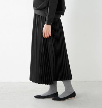 翻る裾が女性性を体現するプリーツスカート。まとうだけで、気分までガーリーになれるから不思議です。みなさんもぜひ参考にして、スカートルックをブラッシュアップしてみてくださいね♪