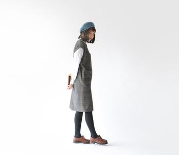 メンズにも人気の高い定番アイテム「ミカエル」は、チェックのウールワンピース&ベレー帽と合わせてクラシカルに。美術館などにお出かけしたくなる、知的なコーディネートです。
