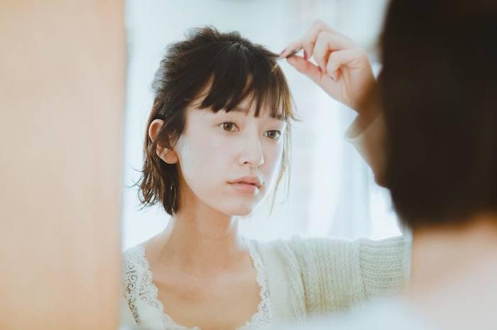 「くせ毛で毎朝のスタイリングに時間がかかる」、「雨の日はせっかくセットしてもすぐ広がってしまう」など、くせ毛の悩みは尽きません。特に一部がうねっていたり毛先だけがはねたりと部分的なくせに悩む方が多いのです。人によってくせ毛のタイプや程度はさまざま。くせ毛は悩みの種ではありますが、正しいケア方法を理解して毎日丁寧に髪と向き合うことで状態を改善できます。今回はそんなくせ毛と上手に付き合う方法をご紹介します。