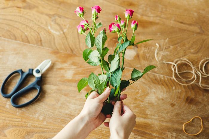 ①2本以上で束ねる場合は、花の部分が重ならないように上下にずらします。