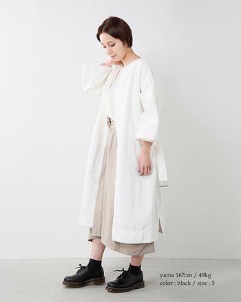 硬派なイメージのある【Dr.Martens】ですが、実はこんなにフェミニンなスタイルにも合うんです。白とベージュでまとめた優しい雰囲気のコーディネートを、甘くなりすぎないように引き締めています。