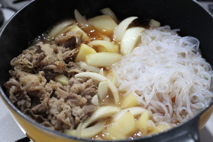 かたくなるので、肉を炒めすぎないこと。また、調味料は砂糖やみりんを先に加えてから醤油を入れること。そして強火にせず、じっくりと煮込むことなどがポイント。さらに、白滝を入れるときは、肉と離して。その方が肉がかたくなりません。