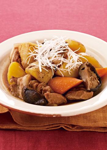 オイスターソースやガラスープなどを使った、中華風の肉じゃが。豚バラ肉を使っていますが、ウーロン茶で煮込むことで、さっぱりと仕上がります。ちょっとアレンジしたいときにおすすめ。