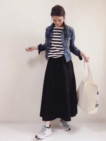 モノトーンのボーダーコーデにGジャンを羽織って爽やかな雰囲気に。キャンバスバッグと足元にはスニーカーを合わせて、大人カジュアルなスタイルに。