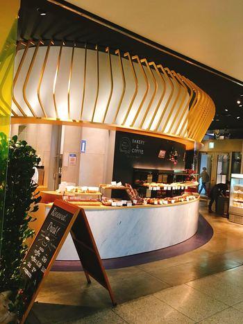 神楽坂下交差点から300mほど北にある飯田橋サクラテラスの1階に、2014年オープン。イートインスペースもあります。  イタリアで修業した森 直史シェフによって2008年、東横線・中目黒に開業して以降、都立大学・学芸大学に進出した「TRASPARENTE(トラスパレンテ)」の系列店です。