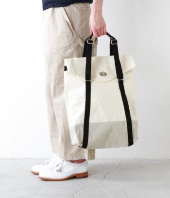 オーガニックコットンはバッグや靴下にも使用されています。カジュアルにもビジネスシーンにも、さまざまなスタイリングに溶け込むのが長所。