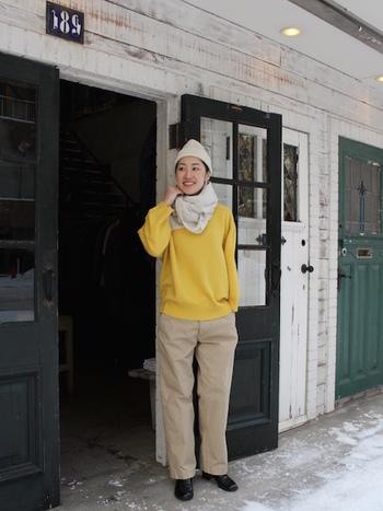 今の時期デイリーワードローブに欠かせないあたたかなニットも、明るい春色にチェンジしましょう。ベーシックなパンツスタイルに、パッと明るいタンポポ色のセーターで、ちょっぴり気分は春モード。