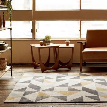 ラグを敷くとき、ソファやチェアなどの家具は少しだけ離しておいたり一部だけ踏ませるようにして、床を少し見せるようにすると部屋を広く見せてくれる効果がありますよ。