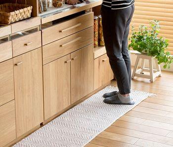 マット類はお部屋の印象を変えてくれるだけでなく、よく通る場所の汚れを防いでくれたり、キッチンなら水周りなどの汚れも防げるので、きれい好きの方もぜひ取り入れてみてくださいね。