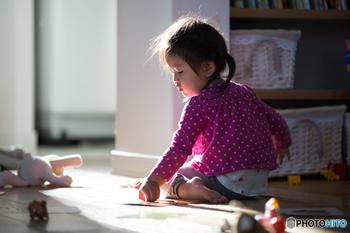 敏感期にある子どもは、生まれながらにして備え持っている「自分でできるようになりたい!マスターしたい!」という欲求が顕著に現れる時期。そのような、自発的に何かしようというサインを見つけたら、大人の「援助」の出番です。