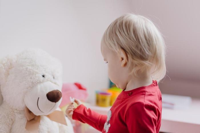"""『モンテッソーリ教育』に触れると必ず出てくるキーワードが、「敏感期」。モンテッソーリ教育では、子どもの発達を24歳までの期間で考えており、なかでも第一期は0-6歳までとしています。 この第一期の発達段階において、""""ある能力""""を獲得するために、どの子どもにも一定期間やってくるのが、「敏感期」。周囲の環境にある一定のものに対してのみ、感受性が特別敏感になり、その能力を獲得しようとします。""""ある能力""""とは身体的・精神的なもので、下記の例のように、運動、言語、秩序感などが挙げられます。"""