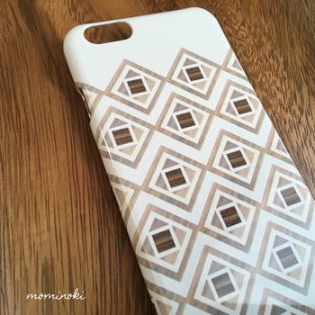 白ベースに幾何学模様が描かれた、ちょっぴり男前なケース。商品名の「ヴィノネリオ」は、フィンランド語で「ひし形」を意味するのだとか。白と木目のバランスがきれい♪