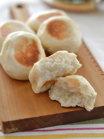 ■フライパンでパンも焼ける! 一次発酵はレンジ、二次発酵はなしで作れるとっても簡単でもっちり美味しいパンが、なんとフライパン1つでできちゃいます。家で作ると熱々がすぐそのままいただけるので嬉しいですよね。