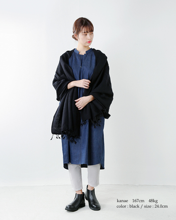 重く見えがちなサイドゴアブーツも、クロップドパンツと合わせて素足をチラ見せすると、それだけでとても軽やかに。カジュアルな装いですが、シックなカラーでまとめているので落ち着いて見えます。