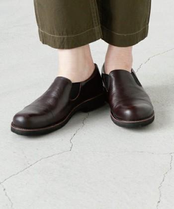 そしてこちらは、どんなコーディネートにも合いそうなデザインのスリッポン。ダーク系のブラウンは、普段ブラックのシューズを履くことの多い方にも挑戦しやすいカラーです。