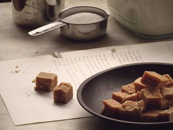 ファッジはイギリスの伝統的なお菓子。キャンディーやキャラメルのようですが、ほろっと崩れるような食感でさらっとした口どけなのが特徴です。かなり甘いのですが、イギリスでは日常生活に欠かせないお菓子で、ティータイムにもよく登場します。