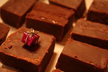 イギリス生まれの甘~いお菓子「ファッジ」。簡単に作れるのでプレゼントにもピッタリですね。トッピングを工夫して、オリジナルのファッジを作ってみてはいかがでしょうか?