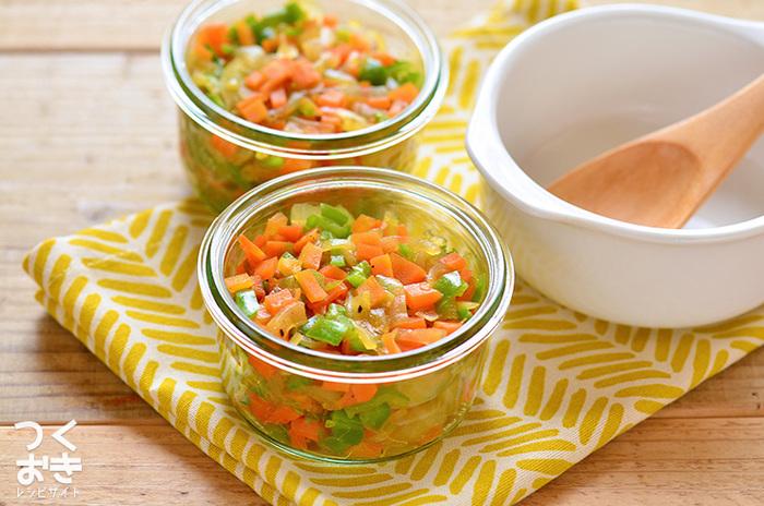 スープストックのレシピは様々です。 例えば、レンジで加熱した野菜を調味料と和えるだけ、あとはお湯を注ぐだけで出来上がる即席スープの素。 こちらのレシピは冷蔵で5日ほど保存できます。