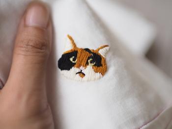 たとえば、愛猫の顔を刺繍するのもいいですね。 サテンステッチで埋める刺繍だと、裏から見た時もきれいに収まる場合が多いです。 ハンカチのように裏側が見えてしまうものは、糸が絡まったりしないように気をつけながら刺したいですね。