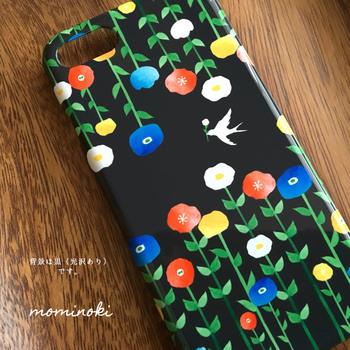 夜、花々の間を飛んで行く小鳥が一羽、まるで絵本や童話の1ページのような世界観。 やわらかいタッチのお花のイラストのおかげで黒ベースでもきつくならず、やさしい印象です。