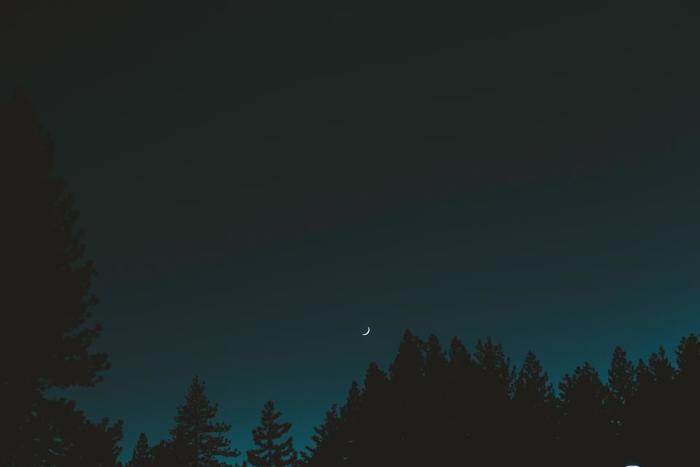 夕方ふと月が目に入ったら、手と足をとめて月光浴をしましょう。日中のストレスを解放して、心がリセットできる時間をもつことができます。