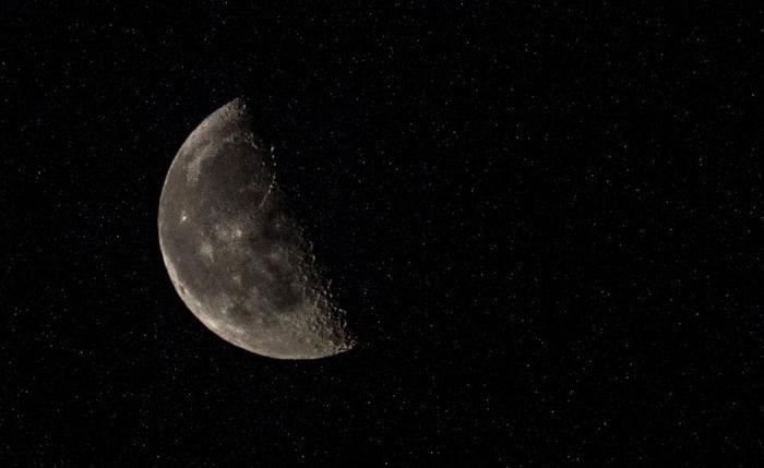 満月から新月までの下弦の月の時期は、ゆっくり人生や自分を振り返るとき。この時は、会うと心が和らぐ人と会うようにするとお互い良い時間が過ごせます。