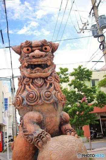 国際通り、平和通りを抜けていくと沖縄のやちむん通りに着きます。やちむん通りは沖縄の昔の情緒が残っていてまるでタイムスリップしたような印象を与えてくれます。やちむんには石畳、古い面影が残る建て物やコッテリ系のシーサーの置物が各所に点在します。