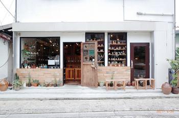 昔ながらのお店を探しに一本裏に入ったり、最近のお店をのぞいてみたり。 お好きに練り歩いてみてください。