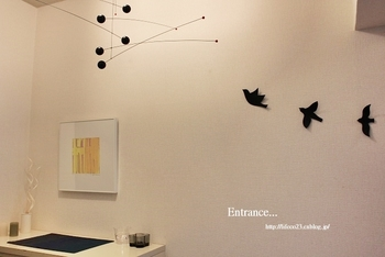 モビールと羽ばたく鳥のモチーフに、思わず心が軽やかに。壁の余白が黒を引き立てて、スタイリッシュながら温かみのある雰囲気です。