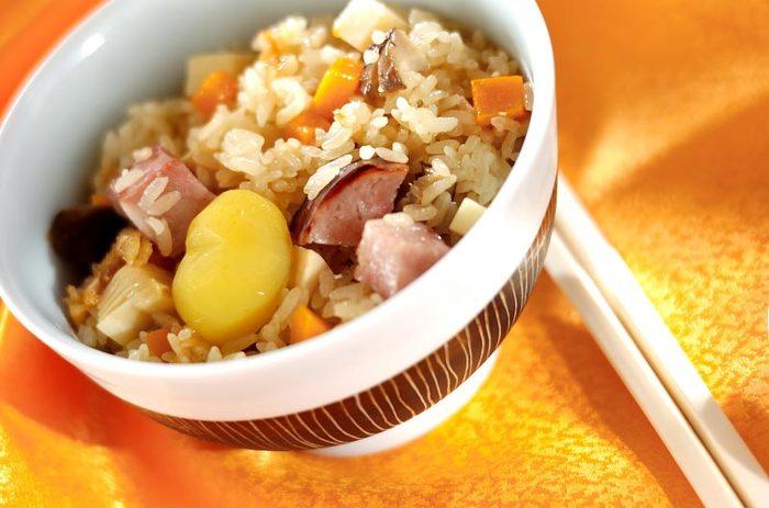 """具沢山な""""ちまき風炊き込みご飯""""は、もちもち食感で、これだけで、大満足な一品に!おにぎりにして冷凍保存しておくと、忙しい時の昼ごはんなどにもぴったりです。"""