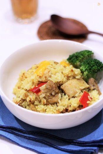一見すると難しそうなカレーピラフも、炊飯器で簡単調理!炊飯器にそのまま保温しておけば、いつでも熱々のピラフが頂けます。野菜から水分が出るので、少なめに水加減するのがポイント。
