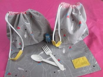 シンプルな巾着型のお弁当袋は1枚の布で作ることもできるので、縫い物初心者さんでも簡単に作ることができます。少ない布で作れるから、布が余ったら複数個作ったり、お揃いのランチョンマットを作ることもできます*