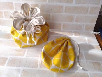 こちらは絞り口が花びらの形になっている巾着袋。こんなに可愛いお弁当袋ならランチタイムが楽しくなりますね♪