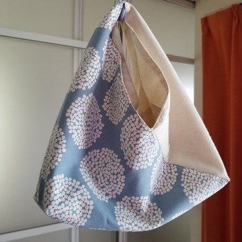あずま袋は縦横比1:3の長方形の布一枚から作れます。2か所を直線縫いするだけで作れるので、ミシンがなくても手縫いでざくざくと縫って作ることもできます。裏地有りで作ればリバーシブルにも。