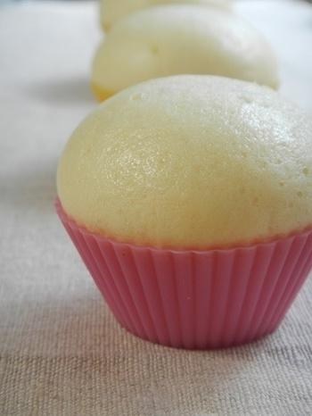 こちらは微量のお酒&ホットケーキミックスで作る酒まんじゅう風の蒸しパンです。お子さまも楽しめるみんなに優しいレシピです。
