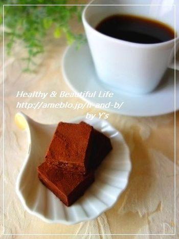 生クリームではなく、お豆腐を使ったヘルシーな生チョコレート。しかし、コアントロー(※)のオレンジの香りが柔らかで、お豆腐感がなく食べられるのが嬉しいレシピです。  (※)香り高いオレンジリキュール