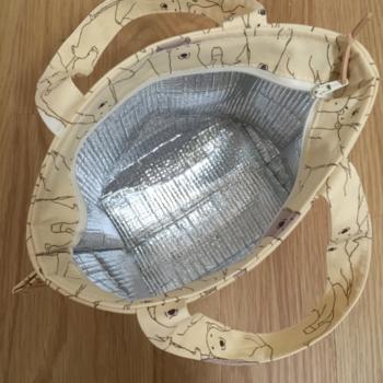 暑さが心配な夏場のお弁当を守る保冷バッグ。実は100均などで買える保冷シートを使えば、自分で作ることもできるんです!