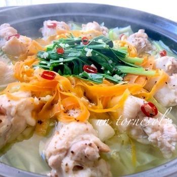 「タッカンマリ」は丸鶏を香味野菜と一緒に煮込んだ鍋料理のことで、日本でいう、水炊きのようなものです。通常は丸鶏を使いますが、このレシピでは安価な鶏の手羽元で代用します。生姜がたっぷりで冷え予防におすすめです。