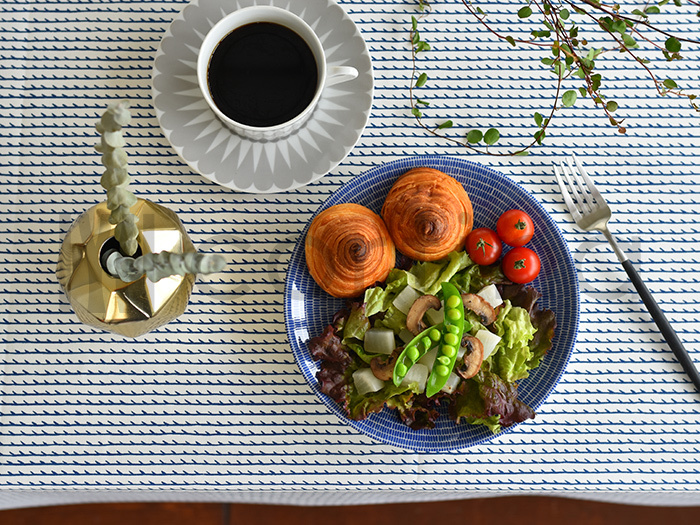 フィンランドの家具ブランド「Artek(アルテック)」のテーブルクロス生地。シンプルながら、美しいハンドドローイングのラインが食卓を彩ってくれます。